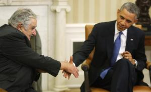 U.S. President Barack Obama (R) reaches out to shake hands as he welcomes Uruguay's President Jose Mujica (L) before their meeting in the Oval Office in Washington May 12, 2014.  (REUTERS/Jonathan Erns)