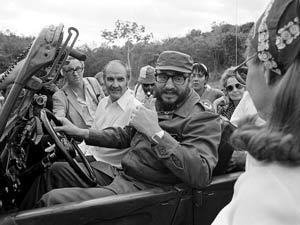 Fidel Castro maneja el jeep donde viaja el senador George McGovern durante una visita a Cuba en mayo de 1975.(Courtesy: cafefuerte)
