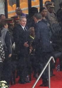 El famoso apretón de manos entre Barack Obama y Raúl Castro durante los funerales de Nelson Mandela en el FNB Stadium de Soweto, Sudáfrica, el 10 de diciembre del 2013.Uncredited/Associated Press